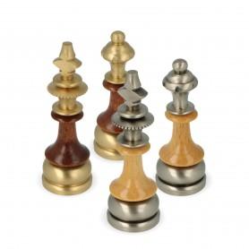 Schachfiguren aus Messing und Hainbuchenholz von Hand geschnitzt und verarbeitet